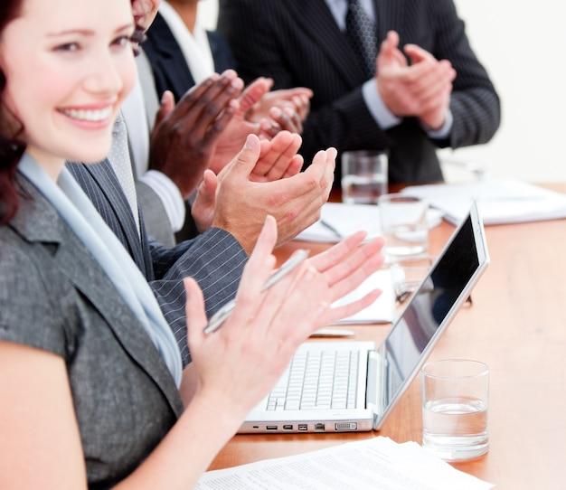 Rozochoceni ludzie biznesu oklaskuje dobrą prezentację