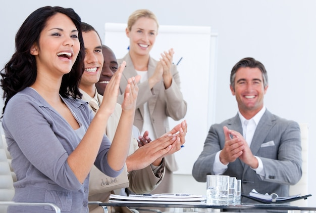 Rozochoceni ludzie biznesu oklaskuje w spotkaniu