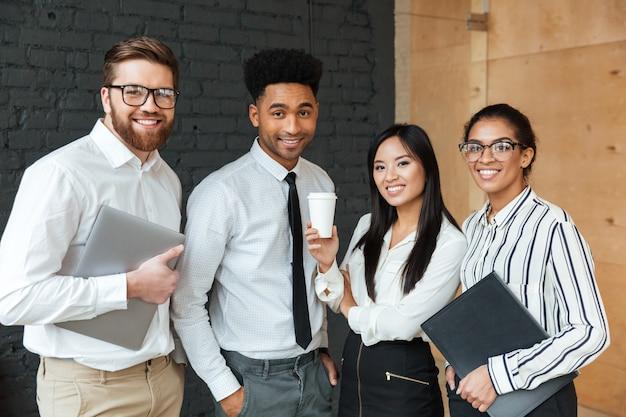 Rozochoceni młodzi biznesowi koledzy