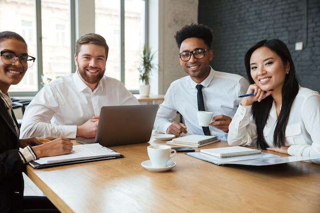 Rozochoceni młodzi koledzy indoors coworking