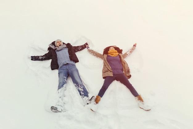 Rozochoceni potomstwa dobierają się odprowadzenie w zima dniu