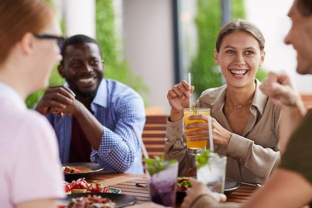 Rozochoceni przyjaciele cieszy się lunch wpólnie