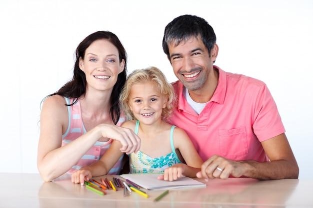 Rozochoceni rodzice i córka ono uśmiecha się przy kamerą