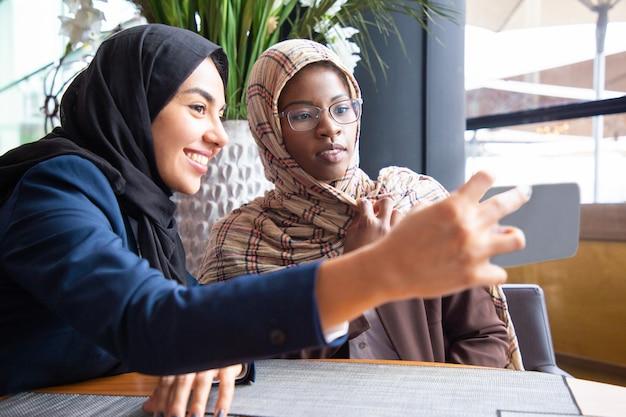 Rozochoceni żeńscy biznesowi koledzy bierze selfie