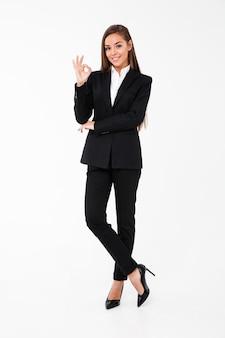 Rozochocona biznesowa kobieta pokazuje zadowalającego gest