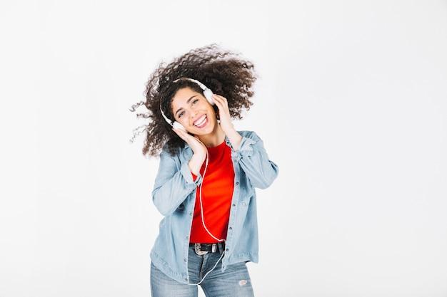 Rozochocona brunetka słucha muzyka i chwianie głowa