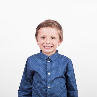 Rozochocona chłopiec w błękitnej koszula