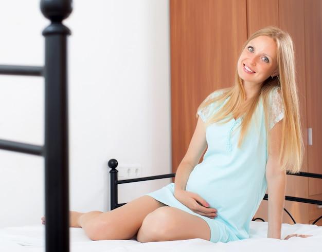 Rozochocona długowłosa ciążowa kobieta