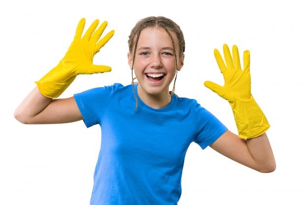 Rozochocona dziewczyna w żółtych gumowych ochronnych rękawiczkach