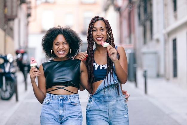 Rozochocona grupa dziewczyn cieszy się arbuza lody