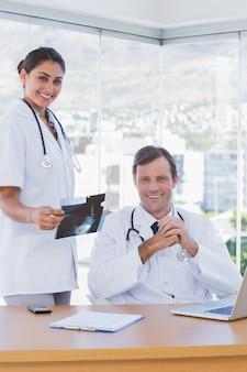 Rozochocona grupa lekarki pracuje na ax promieniu