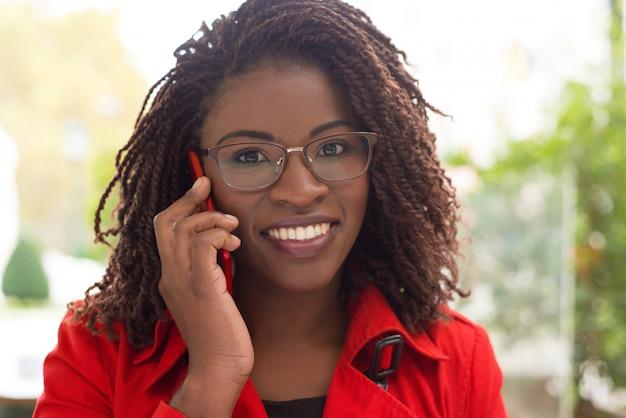Rozochocona kobieta opowiada telefonem komórkowym