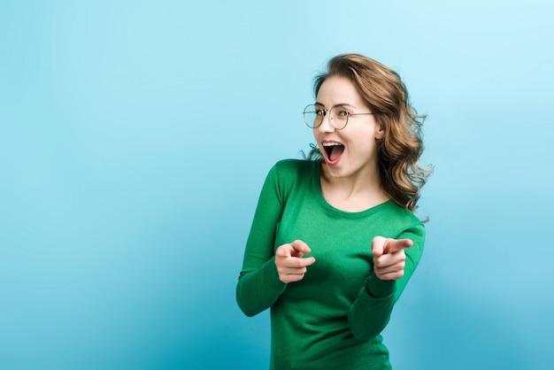 Rozochocona kobieta otwiera jej usta punktów palec przy przodem, zamyka up.