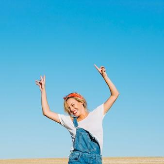 Rozochocona kobieta pozuje w polu