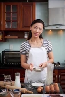 Rozochocona kobieta robi ciastkom