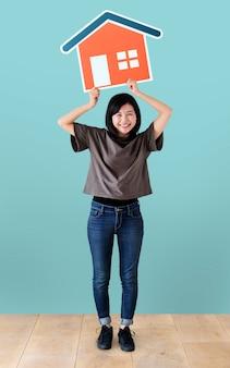 Rozochocona kobieta trzyma domową ikonę