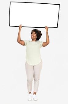 Rozochocona kobieta trzyma pustego białego prostokąt