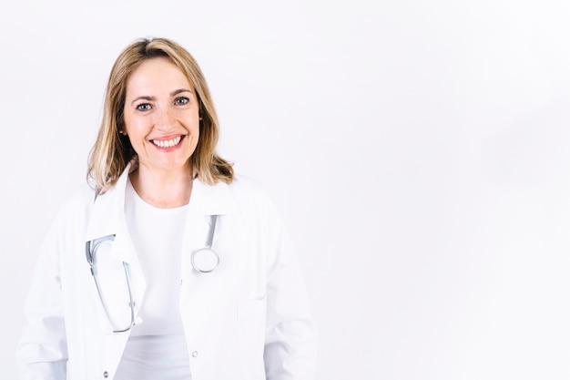 Rozochocona kobieta w medycznym kombinezonie