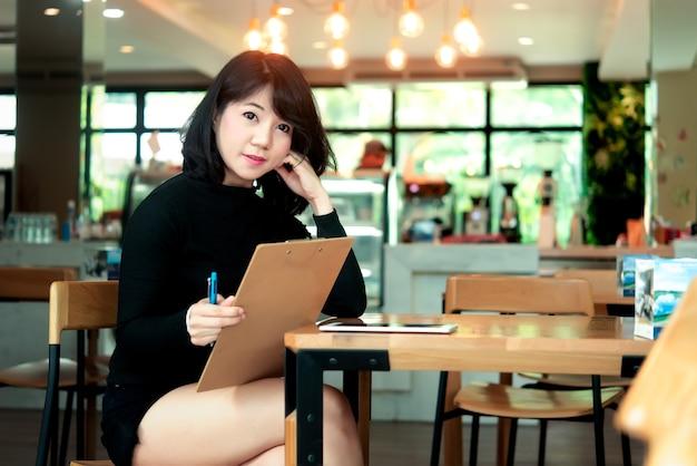 Rozochocona kobieta w sklep z kawą