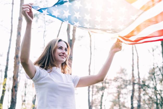 Rozochocona kobieta z krajową flaga amerykańską