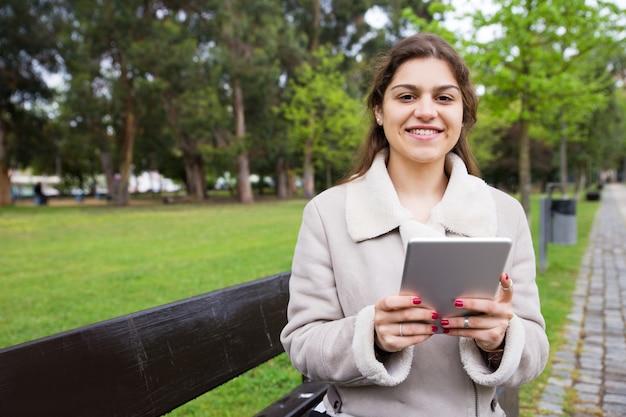 Rozochocona łacińska dziewczyna relaksuje w parku