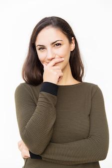 Rozochocona łacińska kobieta zakrywa usta z ręką