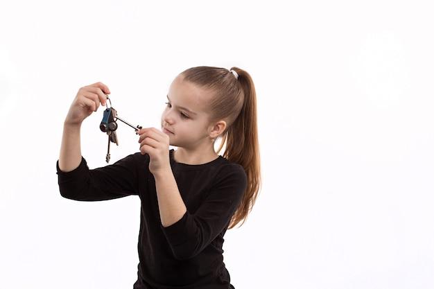 Rozochocona mała dziewczynka trzyma klucze