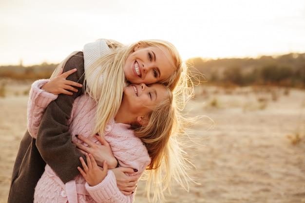 Rozochocona matka bawić się z jej małą córką