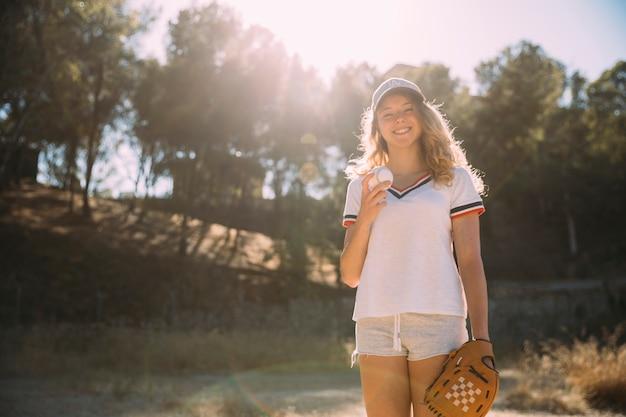 Rozochocona młoda kobieta z baseball rękawiczką