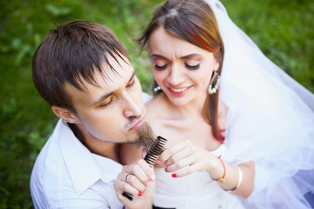 Rozochocona panna młoda szczotkuje fornal brodę