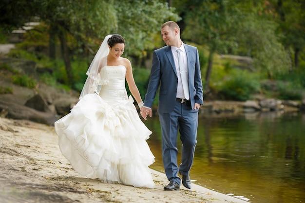 Rozochocona pary małżeńskiej pozycja na plaży