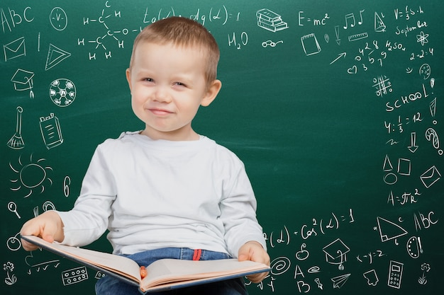Rozochocona rozważna szkolna chłopiec, z powrotem do szkoły pojęcia
