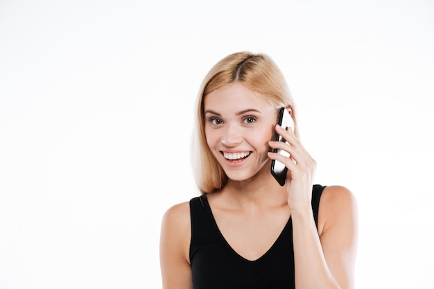 Rozochocona sprawności fizycznej dama opowiada telefonem komórkowym