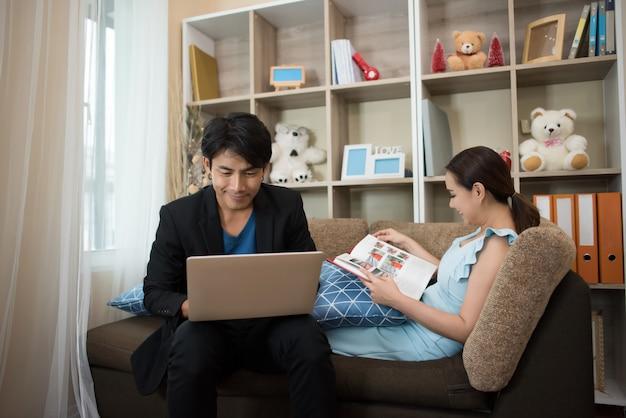 Rozochocona szczęśliwa para relaksuje w kanapie w domu