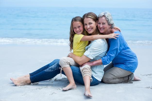 Rozochocona wielopokoleniowa rodzina relaksuje przy dennym brzeg