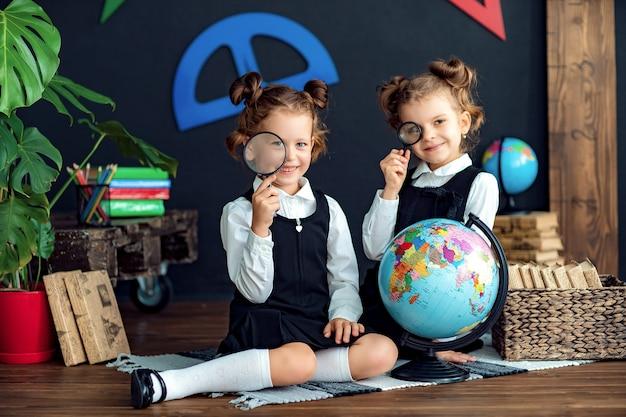 Rozochocone dziewczyny podczas lekcji geografii
