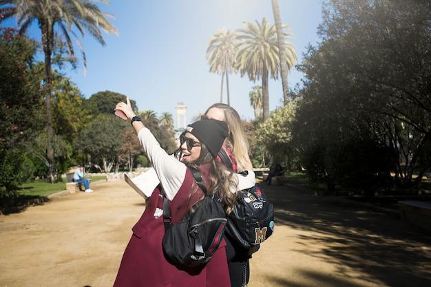 Rozochocone kobiety w pięknym parku