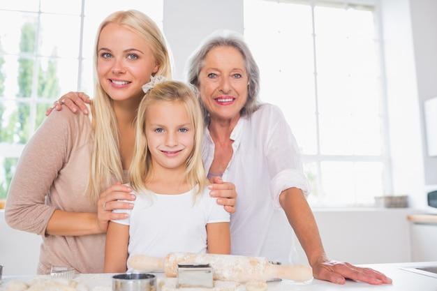 Rozochocone matki i córki gotuje wpólnie