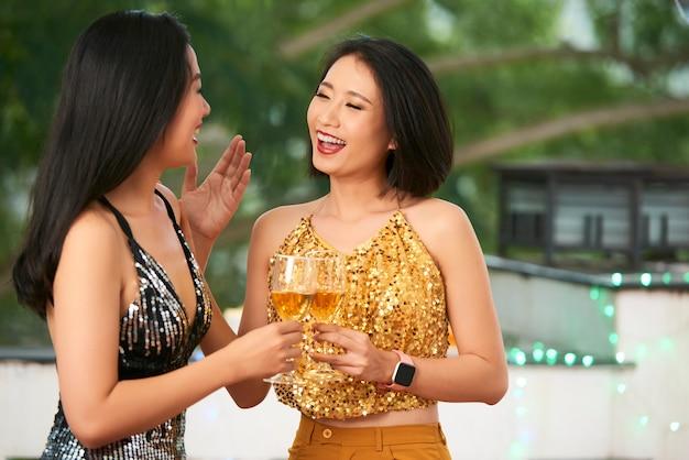 Rozochocone młode kobiety przy przyjęciem