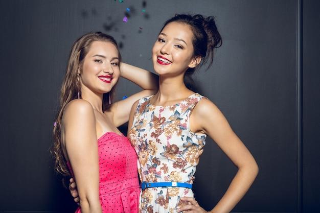 Rozochocone piękne młode kobiety ma przyjęcia