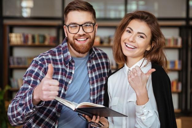 Rozochoconej pary czytelnicza książka i seans aprobaty