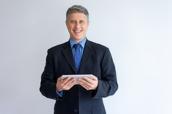 Rozochocony biznesmen szczęśliwy ustawiać nową mobilną komputer osobisty app