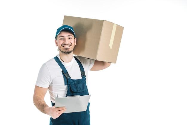 Rozochocony deliveryman z paczką i schowkiem