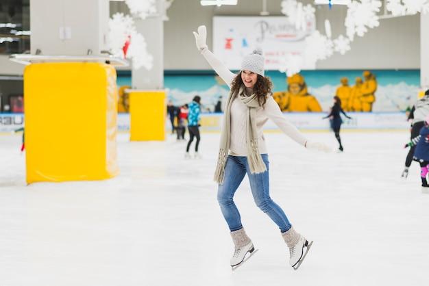 Rozochocony kobiety łyżwiarstwo na lodowisku