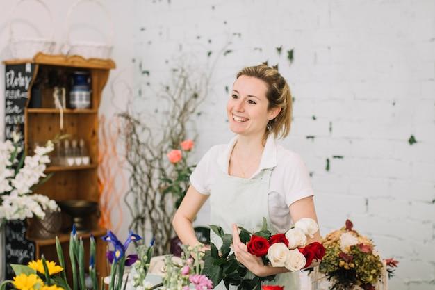 Rozochocony kwiaciarni mienie różany bukiet