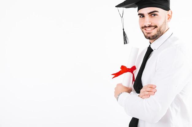Rozochocony mężczyzna pozuje z dyplomem