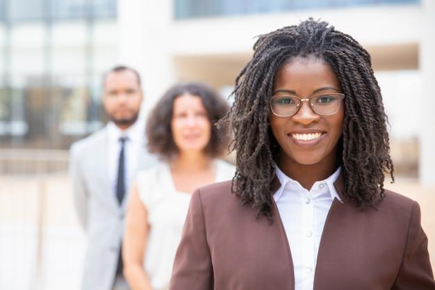 Rozochocony młody amerykanina afrykańskiego pochodzenia bizneswoman