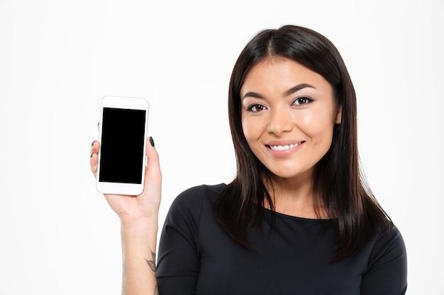 Rozochocony młody azjatykci kobieta seansu pokaz telefon komórkowy