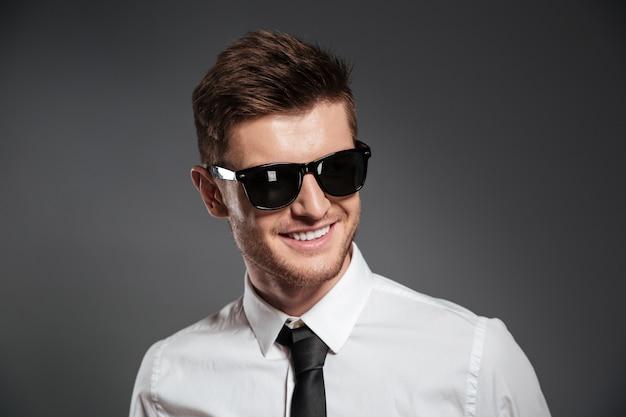Rozochocony młody człowiek ubierający w formalwear