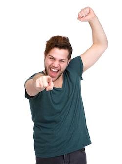 Rozochocony młody człowiek wskazuje palec